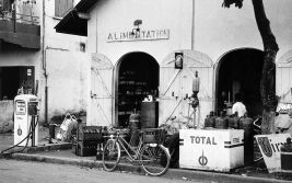 Pompe à essence Total et sa boutique d'alimentation (1962)